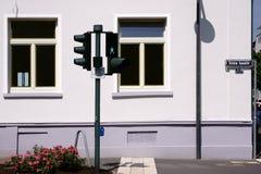 Cruzamento do sinal na frente da construção residencial Fotos de Stock