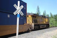 Cruzamento do trem e do caboose e de estrada de ferro Imagens de Stock