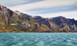 Cruzamento na aleia da geleira Patagonia, Argentina, Ámérica do Sul Paisagem de montanhas bonitas e da água azul fjords Imagens de Stock Royalty Free