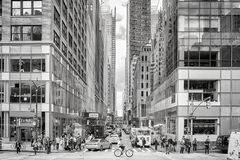 Cruzamento pedestre aglomerado na 6a avenida durante as horas de ponta da tarde Foto de Stock Royalty Free