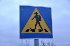 Cruzamento pedestre de sinal de tráfego para mergulhadores no parque nacional de Thingvellir Fotos de Stock Royalty Free