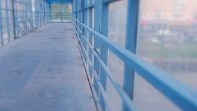 Cruzamento pedestre elevado do interior Passagem segura através da estrada vídeos de arquivo