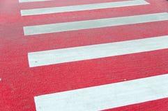 Cruzamento pedestre pintado vermelho imagem de stock