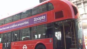 Cruzamento quadrado do ônibus do ônibus de dois andares do circo de Piccadilly antes de anunciar o painel video estoque