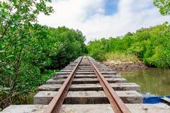 Cruzamento railway da ponte com um bote amarrado Imagem de Stock Royalty Free