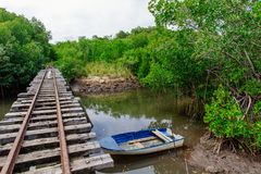 Cruzamento railway da ponte com um bote amarrado Fotografia de Stock Royalty Free