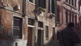 Cruzamento silencioso dos povos da rua traseira de Veneza vídeos de arquivo