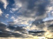 Cruzando as nuvens do por do sol imagem de stock royalty free