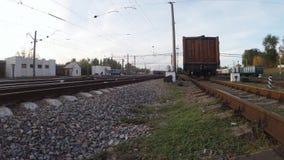 Cruzando as trilhas de estrada de ferro com trens video estoque