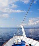 Cruzando el mar y el cielo azules Imagenes de archivo