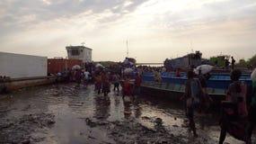 Cruzando el Nilo, acabando a pie Imágenes de archivo libres de regalías