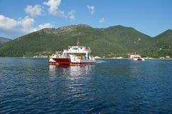 Cruzando la bahía de Kotor (Boka) Imágenes de archivo libres de regalías