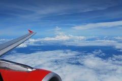 Cruzando los cielos azules Foto de archivo
