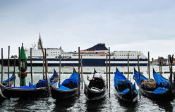 Cruzando o canal em Veneza italy imagens de stock royalty free