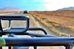 Cruzando o deserto em um carrinho imagem de stock