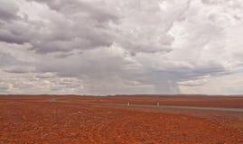 Cruzando o deserto rochoso Fotografia de Stock