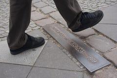 Cruzando o muro de Berlim (Mauer berlinês) fotografia de stock royalty free
