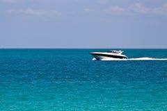 Cruzando o oceano com um barco luxuoso Imagens de Stock