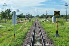 Cruzando o perigo do cruzamento do trem, cruzamento o trem, barreiras railway em uma estrada asfaltada Fotografia de Stock