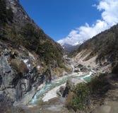 Cruzando o rio da montanha Imagens de Stock
