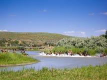 Cruzando o rio na batalha do Little Bighorn foto de stock