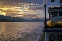 Cruzando a passagem interna através de Alaska do sudeste foto de stock