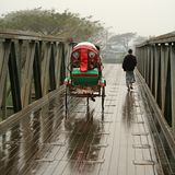 Cruzando a ponte Imagens de Stock