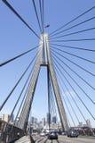 Cruzando a ponte Fotos de Stock