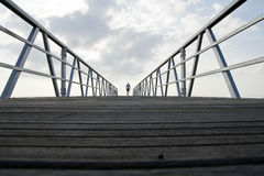 Cruzando a ponte Foto de Stock Royalty Free