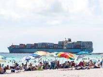 Cruzando a praia Fotografia de Stock Royalty Free