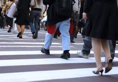 Cruzando a rua Imagem de Stock