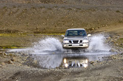 Cruzando um rio Fotografia de Stock Royalty Free