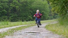 Cruzando uma poça com a bicicleta