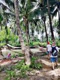 Cruzando uma ponte de balanço sobre um rio na floresta tropical em Mindoro, Filipinas fotos de stock royalty free