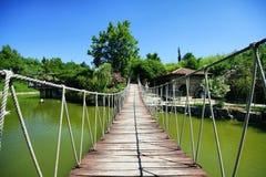 Cruzando uma ponte velha Fotografia de Stock