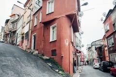 Cruzar dos calles en una colina con una casa marrón triangular foto de archivo