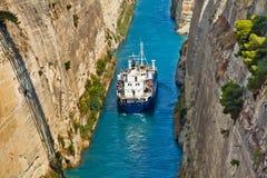 Cruzar el canal de Corinth en Grecia Foto de archivo
