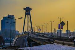 Cruzar el Danubio en Bratislava en la puesta del sol fotos de archivo libres de regalías