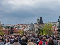 Cruzar el puente en Praga Fotos de archivo libres de regalías