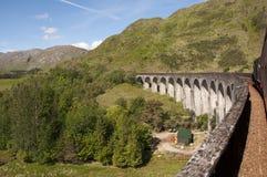 Cruzar el viaducto de Glenfinnan en el Jacobite imágenes de archivo libres de regalías