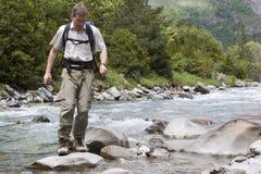 Cruzar un río de la montaña Fotos de archivo libres de regalías