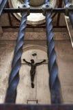 Cruze atrás das barras no cemitério ou no Recoleta Foto de Stock Royalty Free