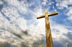 Cruze de encontro ao céu Páscoa Símbolo cristão imagens de stock