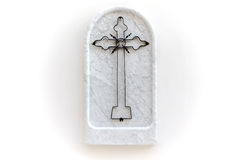 Cruze o ferro crafted do mármore branco de Carrara, símbolo religioso isolado no fundo branco Foto de Stock