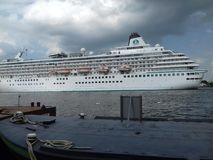 Cruzeiro branco grande no mar Foto de Stock