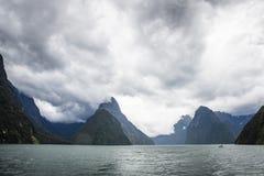 Cruzeiro cênico de Milford Sound durante um dia nebuloso imagem de stock royalty free