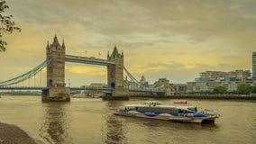 Cruzeiro da cidade de Londres com a ponte da torre no fundo durante o por do sol em Londres, Reino Unido imagens de stock royalty free