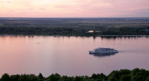 Cruzeiro do barco de rio no rio de Volga Foto de Stock
