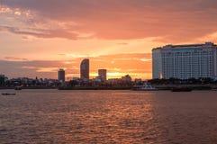 Cruzeiro do por do sol de Phnom Penh em Camboja Fotografia de Stock Royalty Free