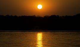 Cruzeiro do por do sol em Zambezi River, Zimbabwe, África imagem de stock